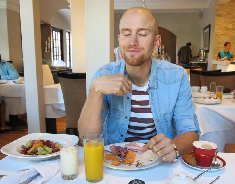 Rasmus njuter av frukosten på Glen Boutique hotel!