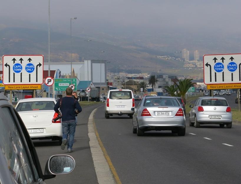 Fotografer och Tv-team körde längs med vägen, hoppade ut, knäppte kort och film och fortsatte så längs huvudvägen! Ballt!