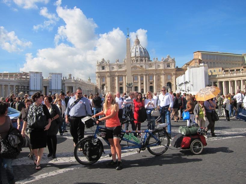 Här står Sussie framför ST.Peters kyrkan tillsammans med tusentals turister!