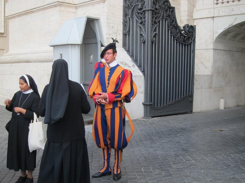 Så här ser vakterna ut till Vatikanstaten. De måste vara från Schweiz, mellan 19-30 år, singlar, utbildade vid college och givetvis katoliker och vältränade. Enkel rekrytering?