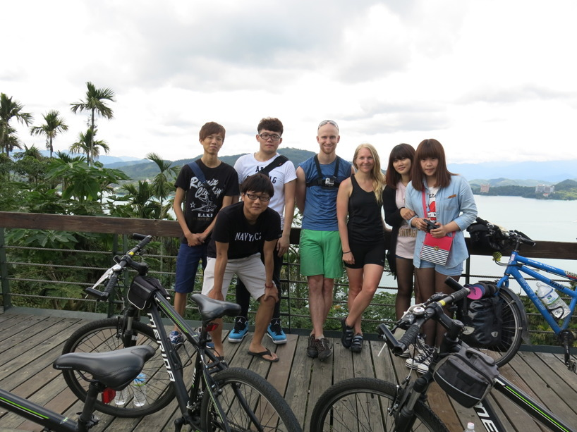 Ungdomarna ville även ta foto med oss :)