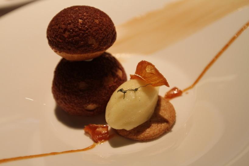 Till dessert åt vi krispiga bollar fyllda med vanlijkräm och rostade mandelbitar. Till det annanassorbe´t - MUUMS!