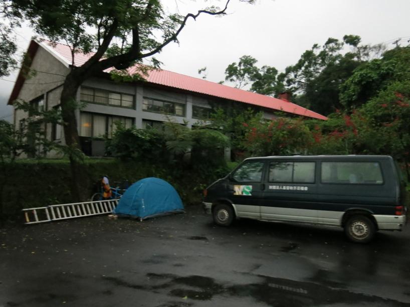 ... vi hittade den tältplats på ett missonscenter =) utanför Wanli!
