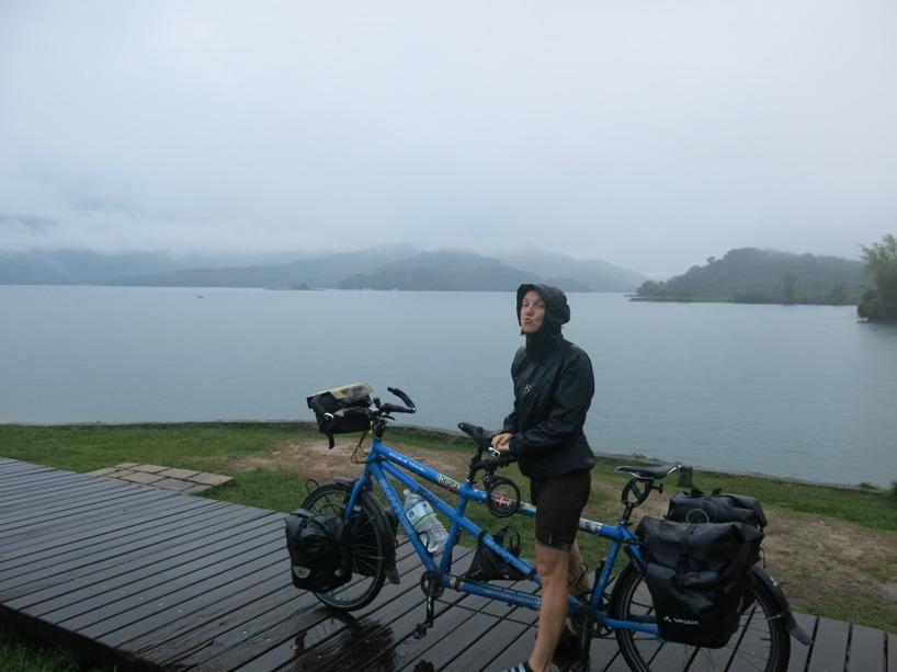 Framme vid sjön slingrade det sig en fin cykelväg efter sjökanten!!