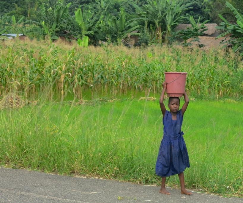 Flicka som hämtat vattnet ur ett dike..