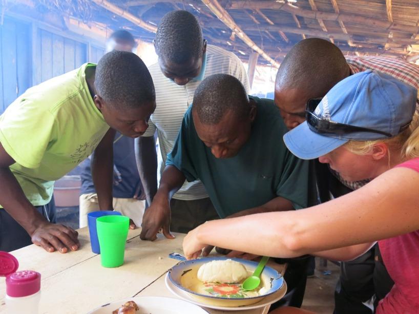 Några män, som försökte visa vilken väg vi skulle åka för att komma till Zambia. Men konstaterade ganska snabbt att de troligtvis aldrig sett en karta tidigare!