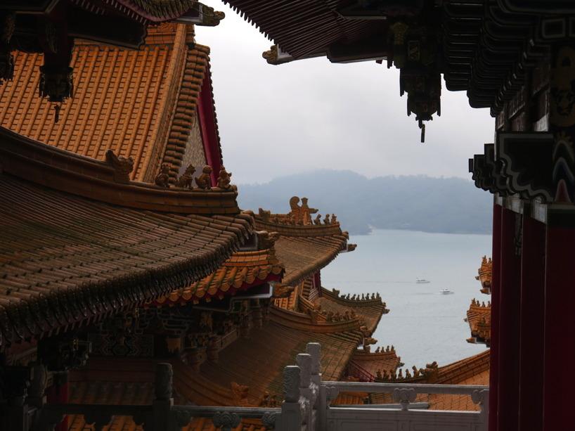 Vacker utsikt över templet och Sun Moon Lake!