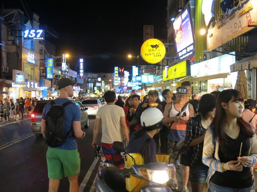 Det kom bara mer och mer människot som kantade gatorna. Vi gissar att det är en försmak på nattmarknaderna vi ska besöka i Kaohsiung och Taipei.