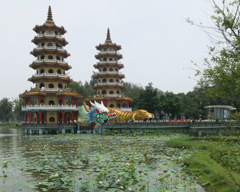 Tiger och drak pagodorna vid sjön. Man gick in i djuren som var invändigt dekorerade med berättande bilder.