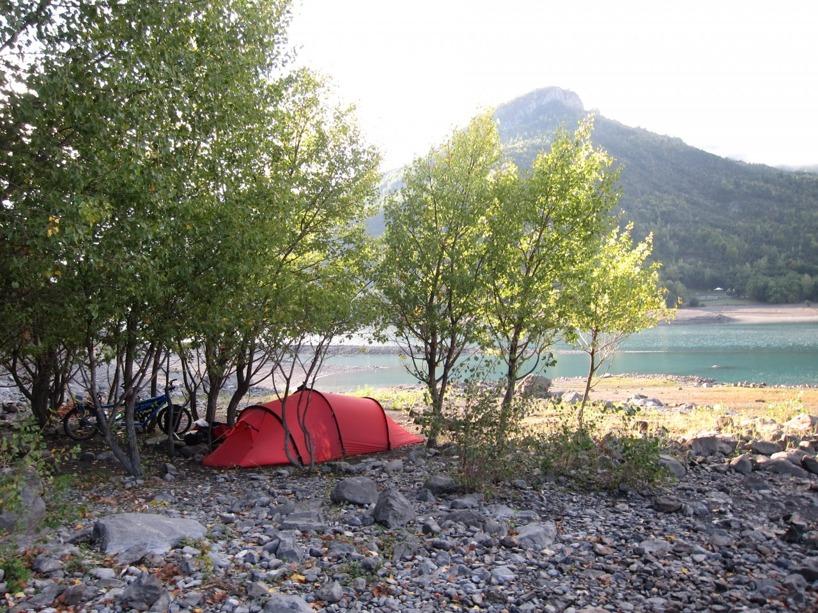 En ganska trevlig tältplats precis vid sjön natten innan vi skulle klättre över passet på 2000 meter över havet
