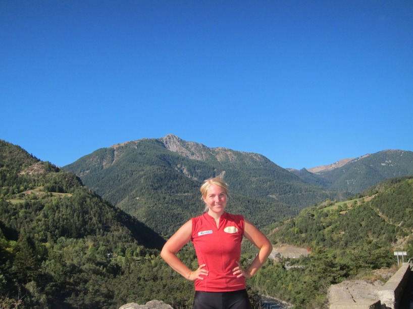 Susanne stod stolt efter några hundra meters klättring på förmiddagen..