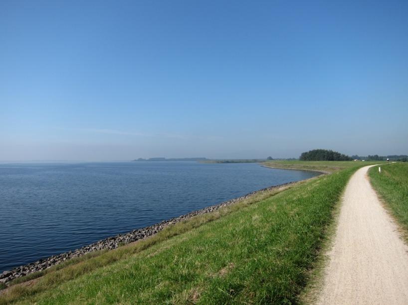 Vi cyklade längs med det glittrande havet