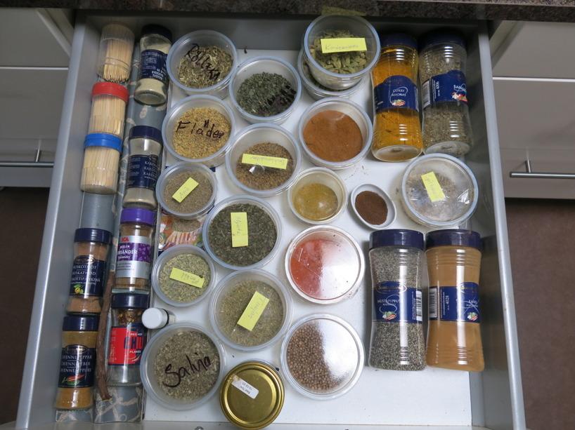 Svärmors kryddhylla ser lite annorlunda ut :) Ekologiska kryddor i lösvikt börjar allt mer ta över!