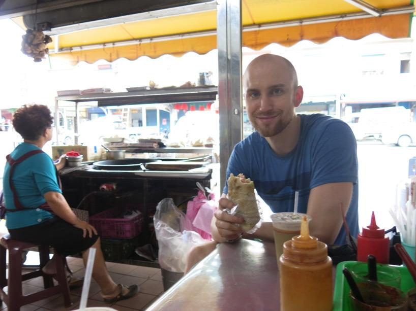 Här har vi köpt frukost från damen på bilden. Wrapen på bilden är stel och gammal, men allt går ner när man är hungrig!
