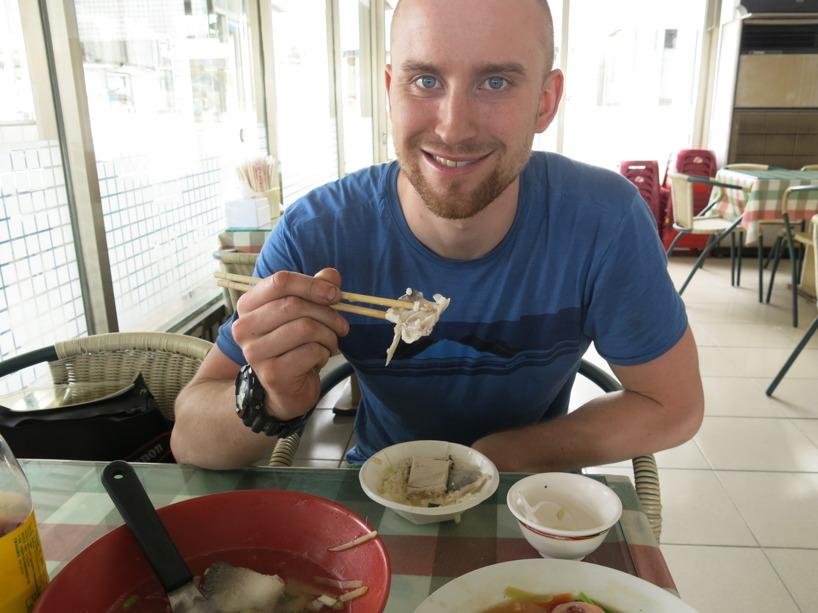 Rasmus är orädd och äter vad som helst. Med eller utan fenor :)