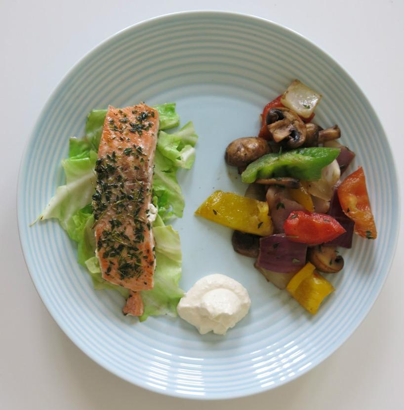 En lätt, snabblagad och framför allt supergod sommarlunch! Full av nyttiga fetter och näringsrika grönsaker. (100g fisk, 1msk sås, obegränsad mängd grönsaker)