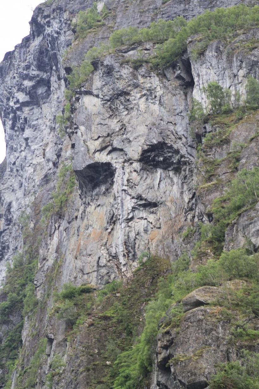 Ena fjällväggen hade en enormt stenansikte som formats av naturen...