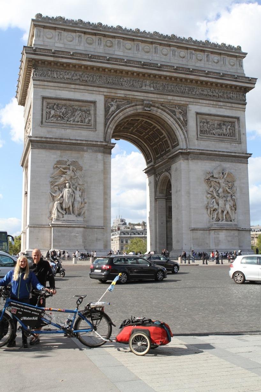Vi cyklade runt i Paris och stannade givetvis vid denna kända byggnad... Vet ni var vi är? :)