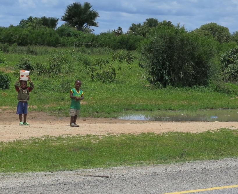 Några barn som fylle på vattenreserven efter natten tunga regn!