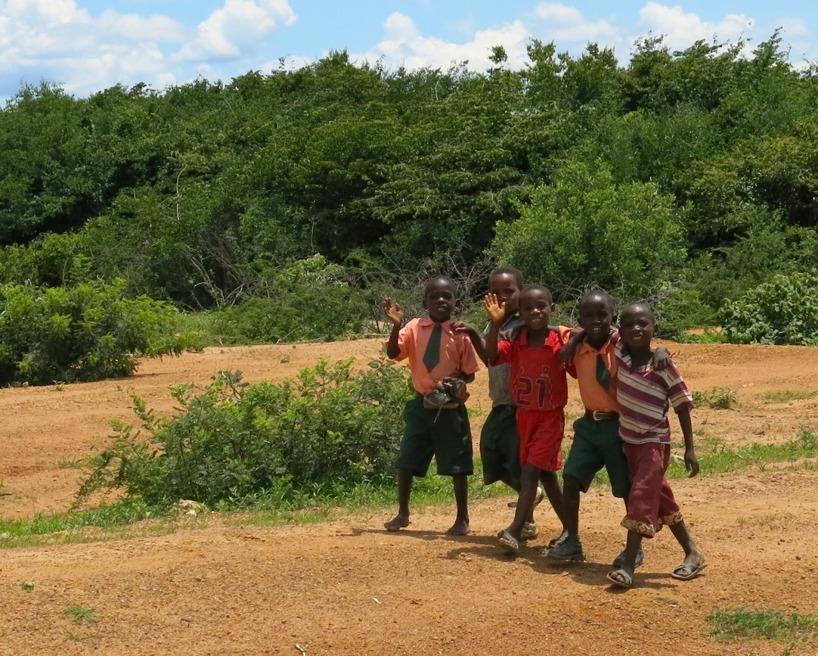 Trevliga barn som vandrade längs vägen!