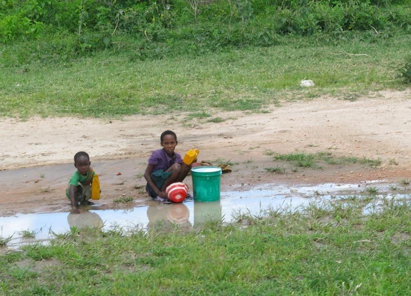 Vi möttes av flera som samlade på regnvatten. Mannen på tehuset hade rätt!