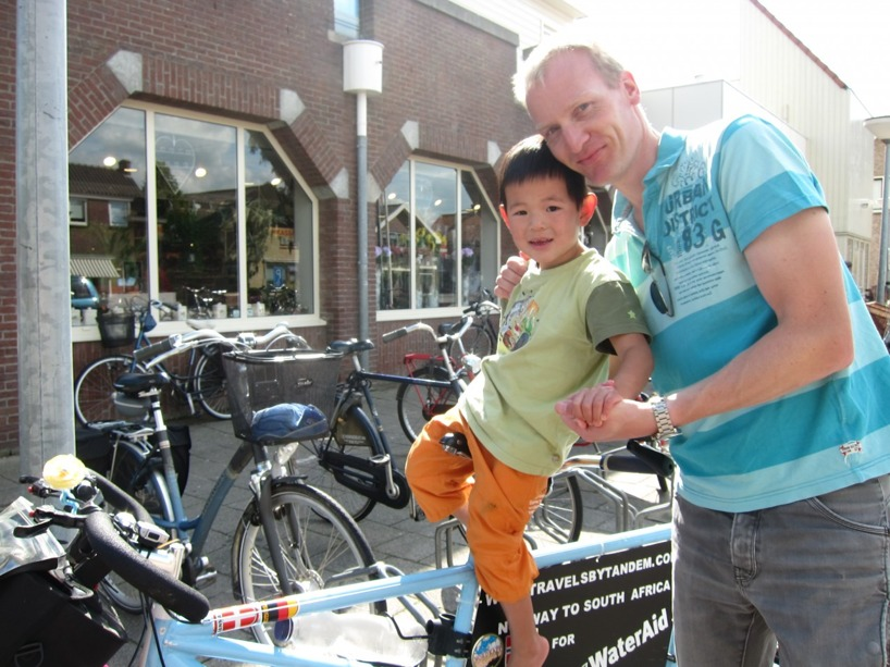 Dessa vänliga människor både gav pengar till insamlingen och testkörde cykeln :)