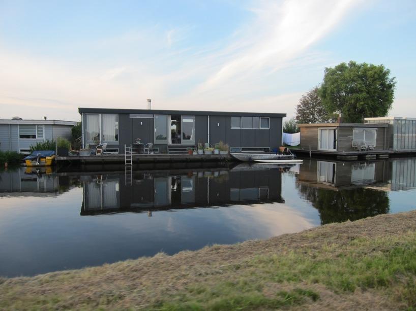 På kanalerna utanför Amsterdam fanns det fullt av dessa hus på vattnet!