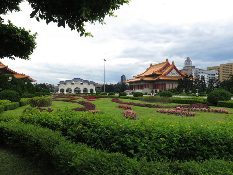 Vi lämnade Chiang Kai-shek Memorial Hall för tebjudning :)