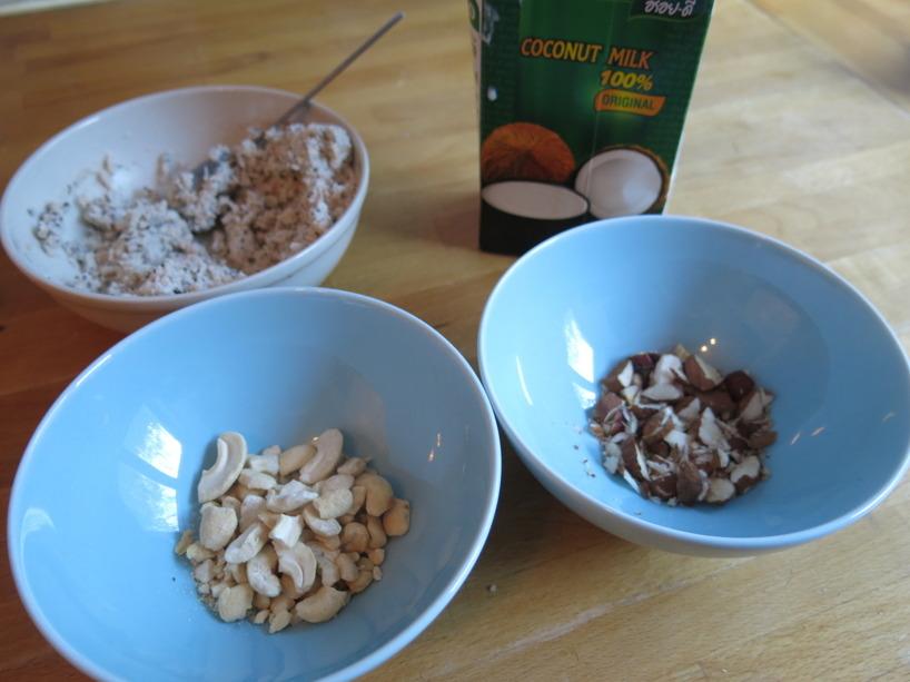Blanda koksfyllningen med de hackade nötterna. Fyll på med mer koksmjölk om det blir torrt.
