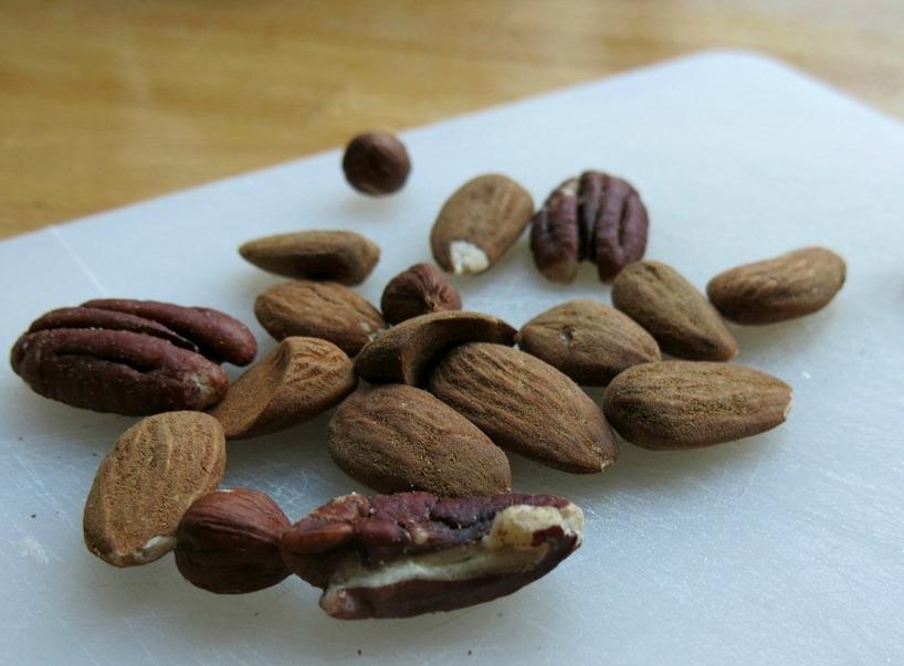 Hacka nötter, gärna ekologiska. Här är det: paranöt, valnöt, mandlar + hasselnöt.