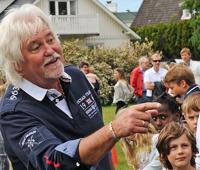 Tomas Dreilick ledde barn och vuxna i lekarna på årets midsommarfirande. Foto Christer Wallentin