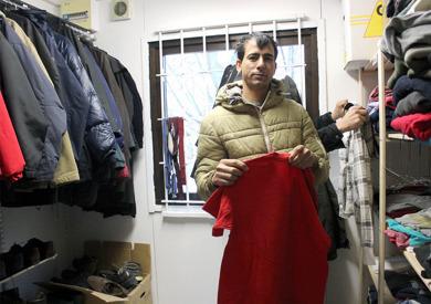 Ahmad Jaffari väljer kläder i den nya butiken i Brunnby. Foto Martin Wingren, Lokaltidningen. Klicka på bilden så blir den större.