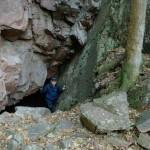 Fredrik VII grotta i Josefinelust. Clas Hellstrand i grottöppningen. Foto Magnus Hellstrand