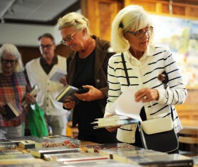 Så här brukar det se ut när bokklubbens medlemmar kommer till biblioteket på torsdagarna. Foto CeWe
