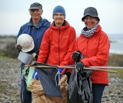 Tomas Svensson, Margaretha Medin och Lena Strandmark plockade skräp söder om Fågelviken. Foto CeWe