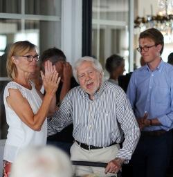 Hans Peterson blev Årets Möllebo 2018. Här hyllas han av Lena Johanson-Thor, byföreningens ordförande, och Magnus Nordstrand, ett av Hans Petersons barnbarn.