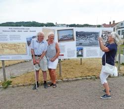 Hans-Otto Pyk tillsammans med sin dotter Ewa Pyk på invigningen. Till höger Chatarina Lindgren, en av dem som har gjort utställningen. Foto Christina Ullenius