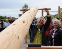 Lillemor Löfgren prövar att lyfta en stock. Margit Starfelt till höger. Foto CeWe