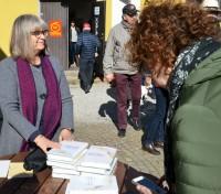 På påskdagen. Christina Ståhl Hallengren säljer den nya boken. Foto Mats Ekberg