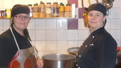 Det är vi som jobbar i köket: Bibbi Lageson och  Pernilla Lundberg.