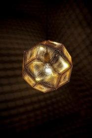 lampa av Tom Dixon, omgivningens ljusdesigner hjälper dig med ljussättningen