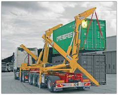 Containrar lastas av lastbil.