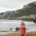 rödprickig tjej vid havet