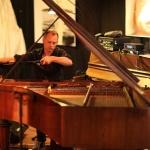 Mathias Landæus improviserade och spelade in musik som numera är en del av installationen