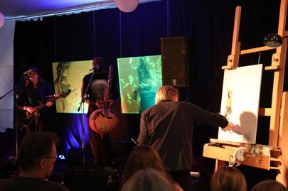 Sousou och Maher på scenen medan Orion tecknar. Målningarna bakom  scenen är gjorda av Ingrid Forfang