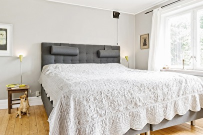 Ursprungligen vardagsrum i det som då var lärarbostad. Numera ett underbart sovrum med egen balkong.