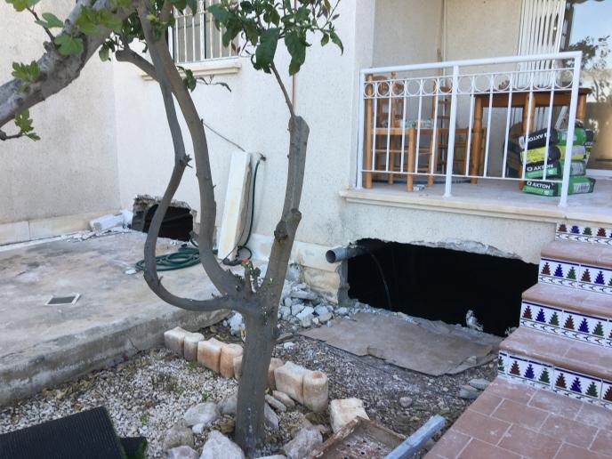 Her har vi slått hull i veggen slik at vi kan komme ned til det som skal bli mitt atelier