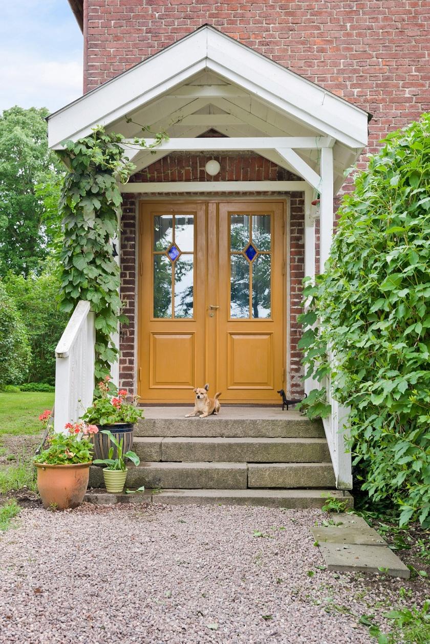 Välkomna till vårt hem!  Dörren är gjord av snickeri Yggdrasil och målat med Ottosons oljefärg. OBS! Hunden är inte till salu.