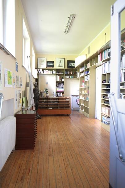 Butiken. Här var ursprungligen kapprummet till barnen har gamla elever berättat. Numera har vi konstnärsmaterialsbutik här med bara två kunder, Forfang & Righard. Vi snickrade hyllorna själva. De är väggfasta och följer därmed huset.