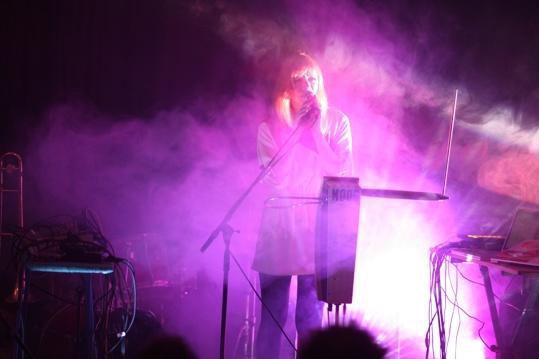En konsertkväll kan se ut så här i samarbete med kulturföreningen Akustik. På scen Dorit Chrysler thermine.